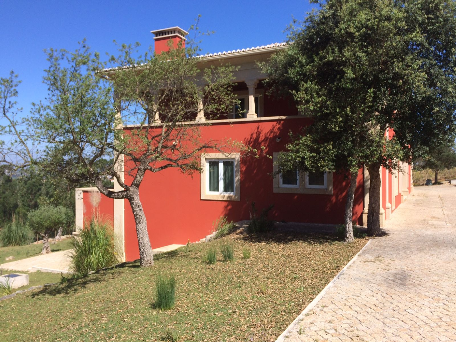 5 BEDROOM COUNTRY HOUSE WITH VINEYARD AND WOODS AT 50 MIN FROM LISBON